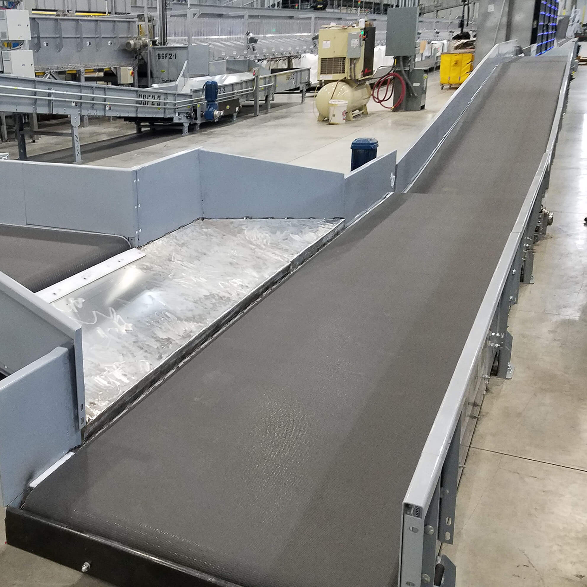 Heavy-duty belted conveyor ready for parcel handling.